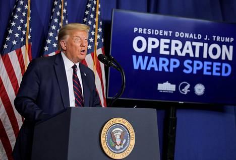 """Presidentti Donald Trump on luvannut kansalaisille pikavauhtia torjuntakeinoja pandemiaa vastaan. Star Trekin mukaan operaatio """"Poimuajoksi"""" kutsuttu liittovaltion hanke tukee muun muassa rokotekehitystä."""