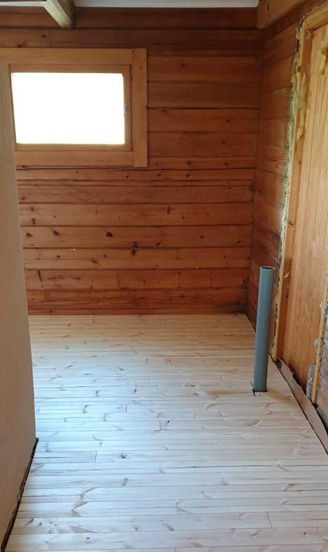 Mökin pääasialliset nukkumatilat ovat yläkerrassa, mutta koska portaat ovat melko jyrkät, Villen mummon sänky on ollut alakerran nukkumatilassa. Keittiöremontin myötä alakerrassa nukutaan jatkossa vuodesohvalla.
