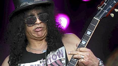 Slash keikkaili uuden kokoonpanonsa kanssa viime kesänä Ruisrockissa.