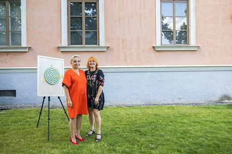 Kirjailija Raija Oranen on entinen alkoholisti, joka raitistui 18 vuotta sitten. Muusikko Irina Saari puolestaan ei ole koskaan sairastanut alkoholismia, mutta päättänyt silti elää raitista elämää.