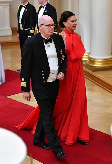 Kenraali Jukka Puustin puoliso Tuulikki Puusti ihastutti yksinkertaisessa mutta näyttävässä, kokopunaisessa Boutique Kaarina K:n puvussa.
