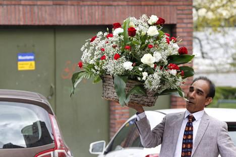 Nasima Razmyarin isän Mohammed Daud Razmyarin ystävä Hamid Painda toi juhliin näyttävän kukka-asetelman.