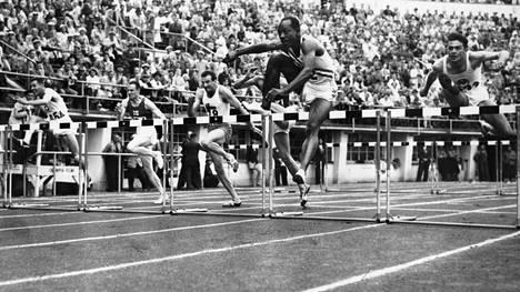 Harrison Dillard aitoo ykköseksi Helsingin olympiakisoissa 1952.