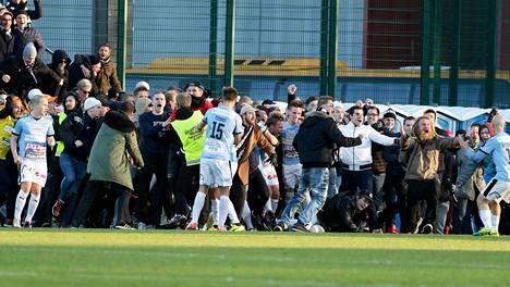 TPS:n fanit ryntäsivät kentälle tasoitusmaalin jälkeen.