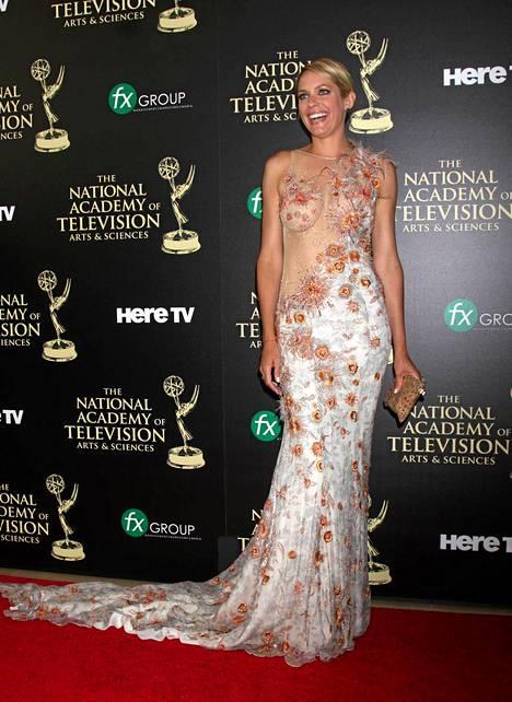 Päivien viemää -kaunotar Arianne Zucker oli pukeutunut pitkälaahuksiseen ja tyköistuvaan mekkoon, joka jätti lähes koko naisen etumuksen paljaaksi.