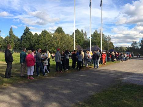 Sadat ihmiset jonottivat Apulanta-ämpäreitä.