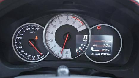 Toyota GT86: japanilainen varttisportti, jonka ajo-ominaisuudet ovat sen parasta antia. Valkopohjainen käyntinopeusmittari pääroolissa.