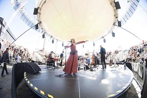 Björklund esiintyi pyöreällä Bright Balloon 360° -lavalla.