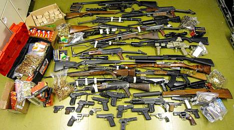 Esitutkinnan yhteydessä takavarikoitiin yhteensä mm. 47 kpl Keskusrikospoliisin rikosteknisen laboratorion lausunnon perusteella toimintakuntoista ampuma-asetta, joista 18 kpl sarjatulitoimisia. Näistä aseista kahdeksan on ilmoitettu eri puolilta Suomea anastetuksi tai kadonneeksi.