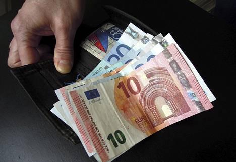 Suomalaisilla on talletuksina yli 90 miljardia ja käteisenä noin 10 miljardin euron potti.