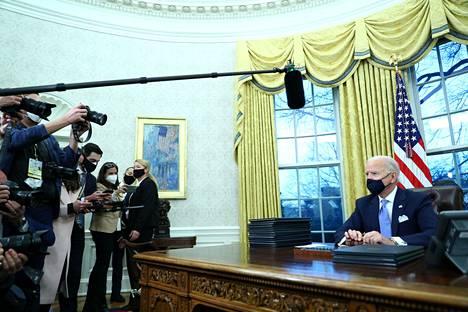Biden saapui virkahuoneeseensa Oval Officeen puolen yön jälkeen Suomen aikaa allekirjoittaakseen ensimmäiset asetuksensa presidenttinä. Tuore presidentti allekirjoitti päätöksiä muun muassa Yhdysvalojen palaamisesta Pariisin ilmastosopimuksen ja Maailman terveysjärjestö WHO:n riveihin.