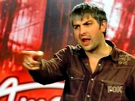 American Idol-kokelas raivostui ilkeistä ilkeimmälle idolituomarille Simon Cowelille.