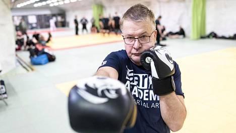Tamperelainen Jouni Theman on harrastanut 23 vuotta krav magaa. Vuonna 2016 hän saavutti classic krav magassa mustan vyön.
