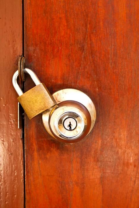 Mökin ovet olivat lukossa, eikä vuokraaja vastannut puhelimeen.