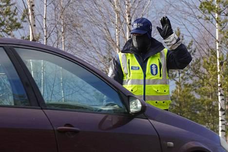 Poliisit tarkastivat Uudeltamaalta tulevaa liikennettä Hyvinkäällä Sahanmäen liittymässä, kun Uudenmaan sulku oli voimassa 14.4.2020.