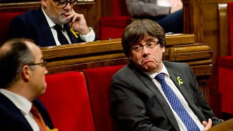 Katalonian entinen aluejohtaja Carles Puigdemont parlamentin istunnossa 27. lokakuuta.