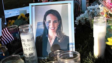 Murhayrityksen kohteeksi joutuneen Giffordsin tueksi oli tuotu kynttilöitä ja kukkia.