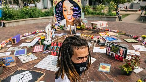 Mies seisoskeli Breonna Taylorin muistomerkin edessä Kentuckyn Louisvillessä 15. syyskuuta.