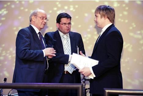 Vas. Helsingin yrittäjien puheenjohtaja Kauko Koskinen ja toimitusjohtaja Anssi Kujala sekä Helsingin nuori yrittäjä 2008 Sami Minkkinen.