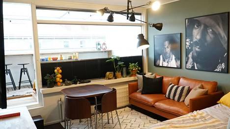 Remontin jälkeen olohuoneessa on huomaamattomat kaihtimet, konjakinvärinen sohva ja uusi ruokapöytä.