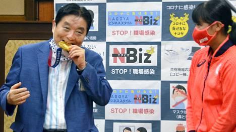 Nagoyan pormestari Takashi Kawamura innostui maistamaan Miu Goton olympiamitalia.
