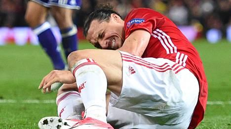 Manchester Unitedin Zlatan Ibrahimovic tuskissaan kentän pinnassa Euroopan liigan viime torstain puolivälieräottelussa Anderlechtia vastaan.