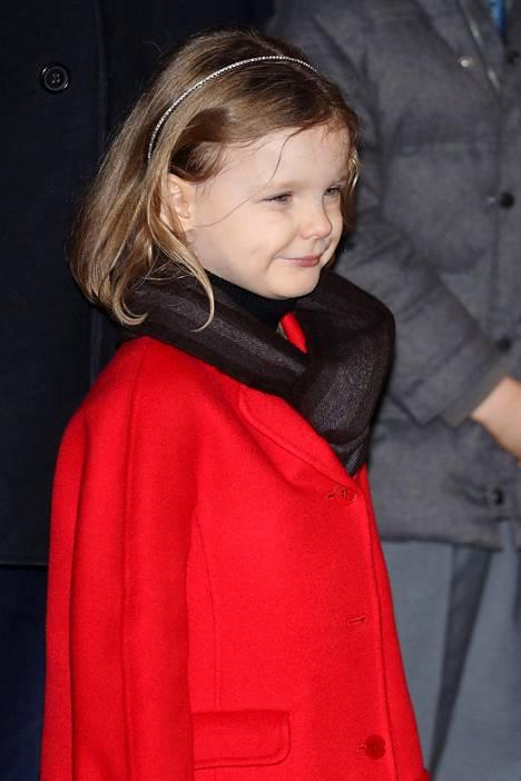 Pikkuprinsessa oli pukeutunut punaiseen takkiin. Hiuksia somisti siro hiuspanta.