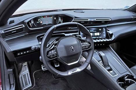 Peugeotin i-Cockpit ohjaamo kiertyy kuljettajan ympärille. Ohjauspyörän yli tarkkailtava mittaristo on hyvin näkökentässä.