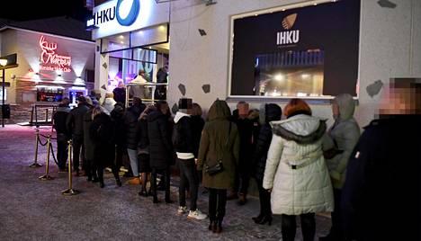 Ihmisiä jonottamassa ravintola Ihkuun Levillä perjantaina 20. marraskuuta.