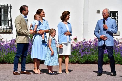 Myös kuningas Kaarle Kustaa ja kuningatar Silvia olivat pukeutuneet vaaleansiniseen.