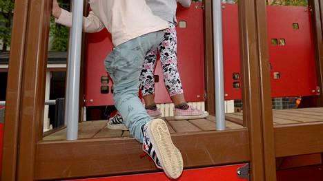 Lääkärien mukaan lieväoireisten lasten päivähoitoon osallistumisen estäminen aiheuttaa merkittäviä ongelmia työpaikoilla.