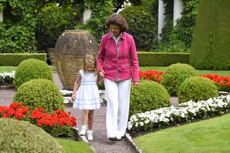 Kuningatar Silvia ensimmäisen lapsenlapsensa prinsessa Estellen kanssa.