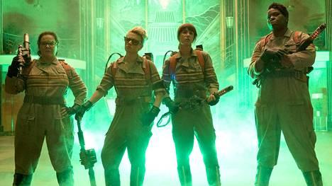 Abby (Melissa McCarthy), Holtzmann (Kate McKinnon), Erin (Kristen Wiig) ja Patty (Leslie Jones) jahtaavat aaveita.
