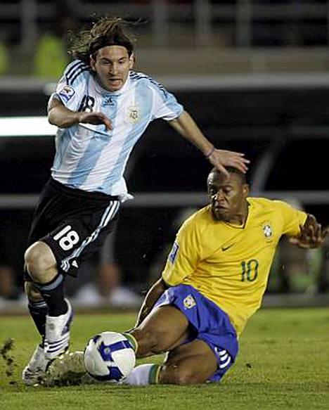 Lionel Messi jätti brasilian Julio Baptistan jalkoihinsa vuoden 2010 MM-karsintaottelussa kesäkuussa.