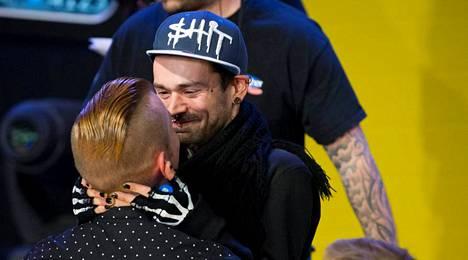 BB-Jonathan suuteli lämpimästi häntä tervehtimään tullutta miesystäväänsä Marko Falia.