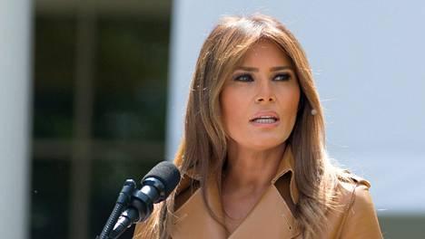 Melania Trumpin Twitter-tilillä kritisoitiin perustuslakiasiantuntijan varomatonta heittoa.