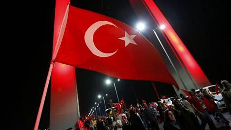 Turkin lippu liehui Bosporinsalmen sillalla 21.7.2016, kun kansalaiset osoittivat tukeaan maan hallitukselle.