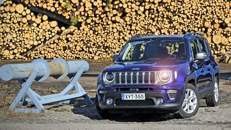 Jeep Renegaden sympaattinen keula tervehtii lähestyjäänsä hyväntuulisesti entiseen tapaan, vaikka ajovalot ovatkin nyt ledit. Sininen JetSet Blue -ulkoväri on lisävaruste.
