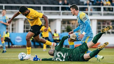 Aniekpeno Udoh murtautui maalintekoon Olympiastadionilla Astanaa vastaan puolustuksen hölmöilyn jälkeen.