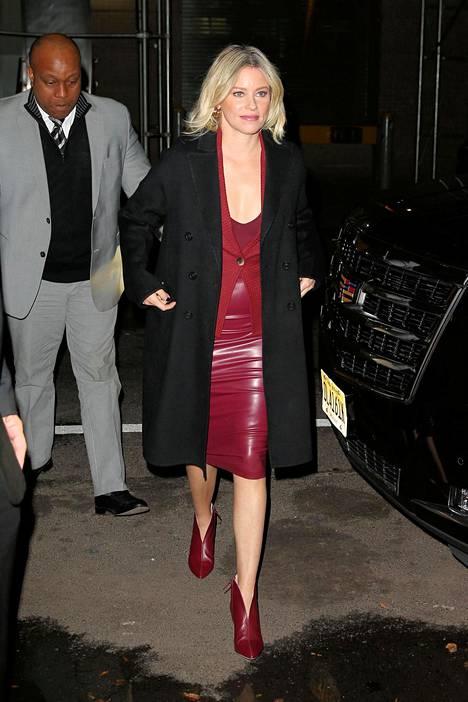 Näyttelijä Elizabeth Banks pukeutui piukkaan viininpunaiseen nahkamekkoon.