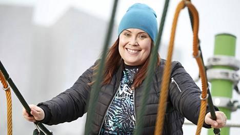 Hanna Kinnunen tekee kahta työtä: juontaa radiossa ja näyttelee Salatut elämät -sarjassa.