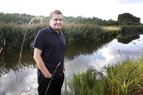 –Yritän olla optimistinen, Hannu Mäkelä sanoo vuosi vaimonsa kuoleman jälkeen joella, jossa Sveta ui joka päivä.
