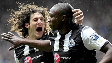 Shola Ameobi (oik.) ja Fabricio Coloccini juhlivat Newcastlen viime hetken tasoitusta.