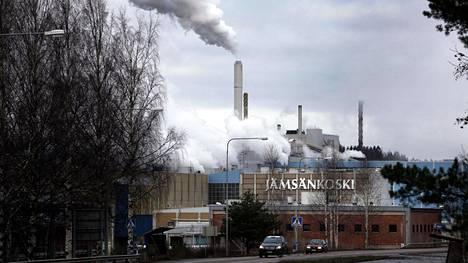 Metsäyhtiö UPM:n paperitehdas Jämsänkosken keskustan tuntumassa.
