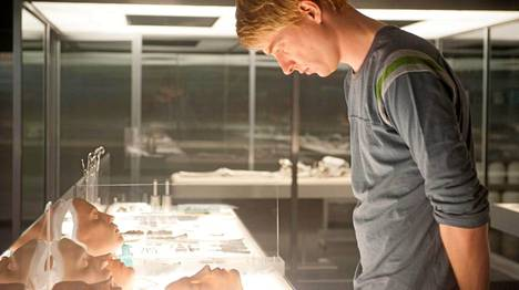 Caleb (Domhnall Gleeson) pääsee tekemisiin tekoälyn kanssa.