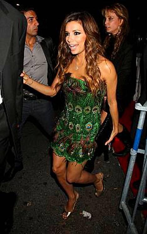 Eva Longoria vaihtoi torstai-iltana minimekkoon, jonka hauska kuosi oli kopioitu riikinkukoilta.