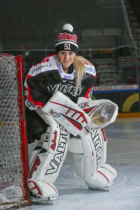 Myös Suomen maajoukkueen maalivahti Meeri Räisänen on joutunut taistelemaan byrokratian kiemuroiden kanssa.