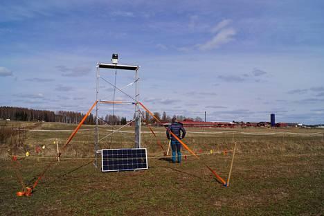 Lasertykki on asemassaan valmiina valkoposkihanhien hyökkäykseen Koivikon tilan pellolla Kiteen Puhoksessa.
