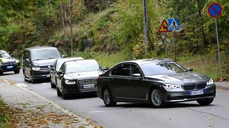 Autot saapuivat kapeaa tietä presidentin virka-asunnolle Helsingin Meilahden kaupunginosassa, missä Mäntyniemi sijaitsee.