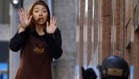 Kahvilasta pakenemaan päässyt panttivanki juoksi poliisin hoteisiin maanantaina Australian suurimmassa kaupungissa Sydneyssä.